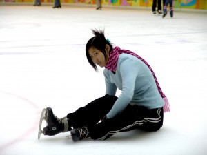 Girl_sitting_down_on_the_ice-rink_01913.jpg